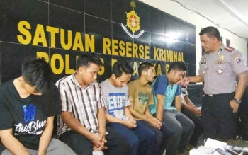 Kapolres Palangka Raya AKBP Lili Warli menanyai enam karyawan JNE yang menjadi tersangka pembobol paket kiriman konsumen, Rabu (21/6/2017).