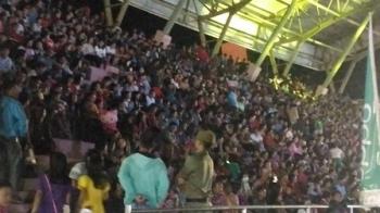 Ribuan warga memadati Stadion Mini Kuala Kurun, Kabupaten Gunung Mas, untuk menyaksikan acara penutupan Festival Budaya Mihing Manasa dan pemeran pembangunan serta temu usaha dirangkai hiburan rakyat, Rabu (21/6/2017) malam.