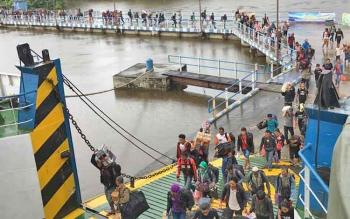 Sejumlah pemudik tengah bersiap memasuki KM Kalibodri yang akan berlayar dari Kumai menuju Kendal.