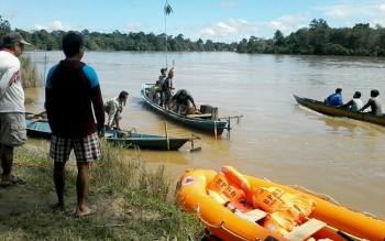 Suasana pencarian warga Desa Tumbang Lirting yang hilang tenggelam di Sungai Katingan, Kamis (22/6/2017).
