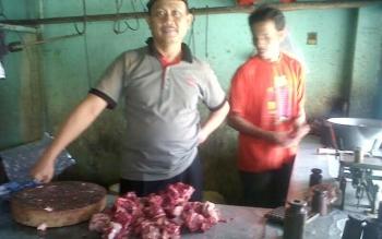 Giyem, penjual daging sapi di Pasar Kasongan tampak sibuk melayani pembeli, Kamis (22/6/2017).