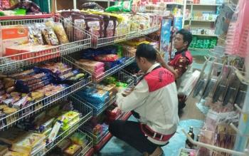 Petugas Disperindagko UKM Mura tengah memeriksa barang disalah satu mini market yang ada di Kota Puruk Cahu, Kamis (22/6/2017).