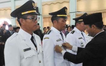 Bupati Gumas Arton S Dohong memasang tanda jabatan camat yang dilantik di GPU Damang Batu, Kamis (22/6/2017).