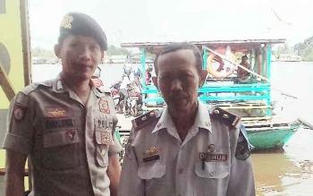 Dishub Kapuas Dan Polairud Polres Kapuas melakukan penjagaan pada kapal feri penyeberangan yang berada di Jalan Mawar, Kecamatan Selat, Kamis (22/6/2017).