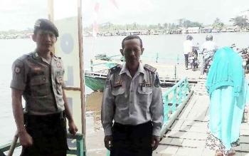 Dishub dan Polairud Polres Kapuas melakukan penjagaan pada feri penyebangan yang berada di Jalan Mawar, Kecamatan Selat, Kamis (22/6/2017)