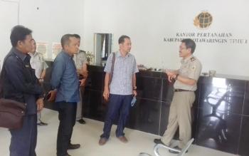 Komisi I DPRD Kotim, Handoyo J Wibowo, Syahbana dan H Abdul Khalik saat sidak di BPN Kotim.