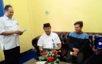 Kepala Balai Bahasa Kalteng, Haruddin (dua kiri) bersama Tjak Basori, Penyuluh Bahasa menemui sejumlah awak media, Kamis (22/6/2017).