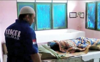 Jenazah Sumarni (35) saat berada di kamar jenazah RSUD Kapuas untuk divisum, Kamis (22/6/2017).