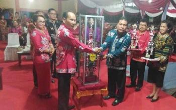 Bupati Gumas Arton S Dohong (kiri) menyerahkan piala juara umum FBMM kepada Camat Kurun Hasli Gonak, Rabu (21/6/2017) malam.