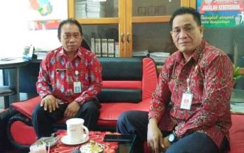 Kepala Disperindagkop UKM Mura, Kariadi (kanan) didampingi Sekretaris Disperindagkop UKM Mura, Talenta.