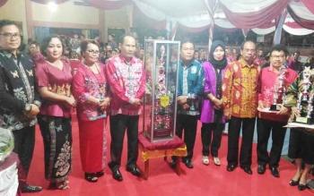 Ketua DPRD Gumas Gumer (tiga dari kanan) saat menghadiri penutupan FBMM dan pameran pembangunan di Stadion Mini, Kuala Kurun, Rabu (21/6?2017) malam