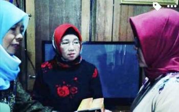 Ketua TP PKK Kabupaten Barito Utara Sri Hidayati Nadalsyah menyerahkan zakat kepada pengurus Posyandu Bintang Sembilan, Kamis (22/6/2017).