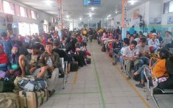 Calon penumpang KM Egon tujuan Semarang menunggu keberangkatan di ruang tunggu, pelabuhan Panglima Utar, Kumai, Jumat 23/6/2017)