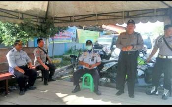 Rendra Priadie (paling kiri) saat bertugas di pos pantau dan pengamanan arus mudik di pelabuhan Panglima Utar kecamatan Kumai