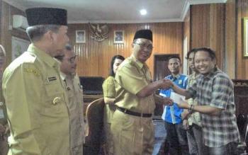 Wakil Wali Kota Palangka Raya, Mofit Saptono Subagio saat menyerahkan paket lebaran kepada wartawan ANTARA