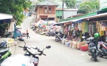 Barang jualan sejumlah pedagang di Pasar IPU, Kota Muara Teweh, Kabupaten Barito Utara, diletakan hingga ke bahu Jalan Sengaji Hilir.