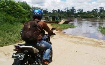 Salah seorang warga saat mudik atau pulang kampung dengan menggunakan motor.
