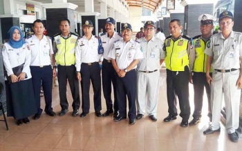 Eldy, Kepala Dinas Perhubungan Kota Palangka Raya (tengah-depan) bersama jajaran Dishub dan aparat lainnya saat meninjau persiapan mudik di Terminal WA Gara Palangka Raya baru-baru ini.