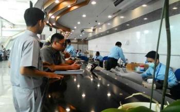 Transaksi penukaran uang di kantor Bank Indonesia. Masyarakat tidak hanya bisa menukarkan uang di Bank Indonesia tetapi juga bank umum dan mobil kas keliling.