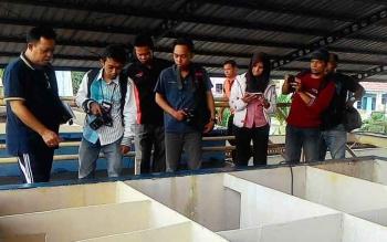 Tridoyo Kertanegara, Direktur PDAM Kota Palangka Raya saat menunjukkan jaringan pengelolaan air PDAM kepada sejumlah pengunjung baru-baru ini.