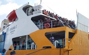 Ratusan penumpang terlihat sedang memadati bagian belakang KM Kirana I sesaat sebelum berangkat dari Pelabuhan Sampit, kemarin.