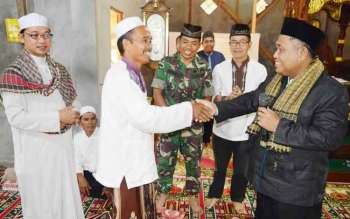 Asisten Pemerintahan dan Kesejahteraan Rakyat Setda Kapuas Hidayatullah menyerahkan bantuan untuk Masjid Al Muhajirin, Desa Mampai, Kecamatan Kapuas Murung, saat acara buka bersama, Kamis (22/6/2017).