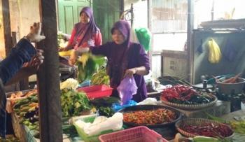 Pedagang di Pasar Pendopo, Kota Muara Teweh, Kabupaten Barito Utara, sedang melayani pembeli, Sabtu (24/6/2017).