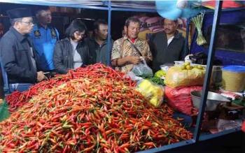 Sumardi saat menjelaskan lonjakan harga dalam tiga hari terakhir di Pasar Besar di hadapan Kepala Disperindag Provinsi dan Kota, serta tim Polres Palangka Raya, Sabtu (24/6/2017)\r\n