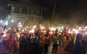 Kegiatan malam 1.000 obor untuk memeriahkan malam takbiran jelang Hari Raya Idul Fitri 1438 Hijriah di Kelurahan Puruk Cahu, Sabtu (24/6/2017) malam\r\n