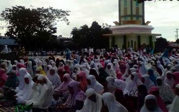 Jamaah Masjid Agung Al-Mukarram Amanah Kuala Kapuas membludak hingga ke ruas Jalan di sekitar halaman masjid, Minggu (25/6/2017)