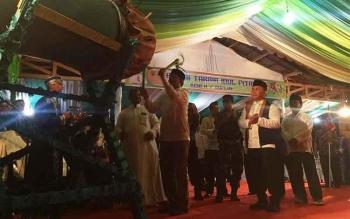 Gubernur Sugianto Sabran dan Walikota Palangka Raya saat menabuh bedug takbir kala melepas pawai takbir 2017