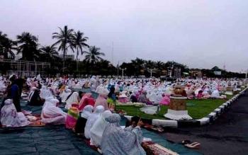 Ribuan umat Islam Kota Palangka Raya membanjiri halaman Istana Isen Mulang\r\n