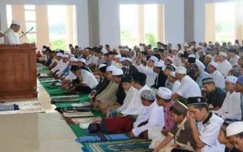 Bupati Pulang Pisau Edy Pratowo saat menyampaikan sambutan di Masjid Agung Pulang Pisau yang untuk perdana digunakan umat muslim menyambut Hari Raya Idul Fitri, Minggu (25/6/2017)