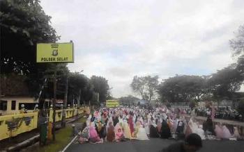 Ribuan umat Islam di Kapuas salat Idul Fitri di Jalan Maluku, Minggu (25/6/2017)