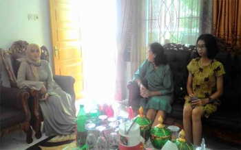 Ida Ayu Anggraini, Wakil Ketua DPRD Kota Palangka Raya (kiri) menerima kunjungan tamu di rumah jawabatannya Jalan Seth Adji, Minggu (25/6/2017)\r\n