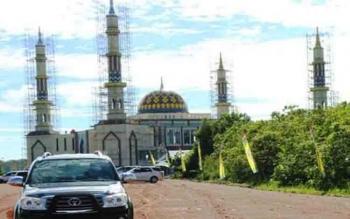 Masjid Agung Pulang Pisau masih dalam pekerjaan pembenahan halaman\r\n