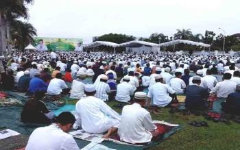 Gubernur Kalteng Sugianto Sabran memberikan sedekah umroh di Idul Fitri 2017. Ribuan masyarakat memenuhi halaman Istana Isen Mulang, Minggu (25/6/2017)\\r\\n