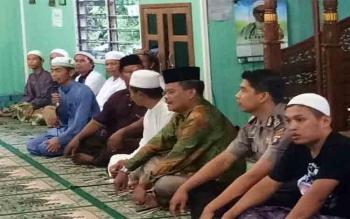 Keharmonisan antara Camat Kapuas Hulu, Yan Miler dengan warganya saat menggelar acara buka bersama di Masjid Al Aqbar Desa Sei Hanyu\r\n