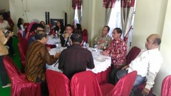Bupati Gunung Mas Arton S Dohong bersama Wakil Bupati Rony Karlos dan Ketua DPRD Gumer serta sejumlah pejabat saat berbincang di kediaman ketua DPRD Gumas, Minggu (25/6/2017).