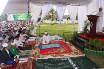 KH Arifin Ilham saat menyampaikan khutbah Idul FIthri di halaman Istana Isen Mulang, Kota Palangka Raya, Minggu (25/6/2017).