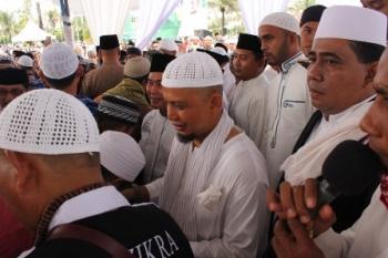 KH Arifin Ilham dan Gubernur Kalteng Sugianto Sabran melayani masyarakat yang ingin bersalaman seusai salat Idul Fitri di halaman Istana Isen Mulang, Kota Palangka Raya, Minggu (25/6/2017).