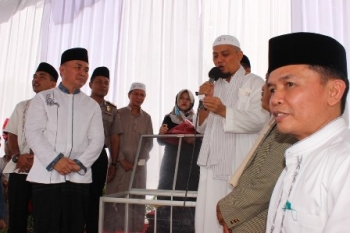 KH Arifin Ilham didampingi Gubernur Kalteng Sugianto Sabran membacakan pemenang undian berhadiah umrah seusai salat Idul Fitri di halaman Istana Isen Mulang, Kota Palangka Raya, Minggu (25/6/2017).