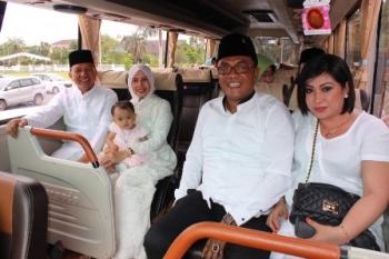Wali Kota Palangka Raya Riban Satia dan Ketua DPRD Sigit K Yunianto dalam satu bus sesaat beranjak meninggalkan Istana Isen Mulang seusai kunjungan singkatnya ke Gubernur Kalteng Sugianto Sabran, Minggu (25/6/2017).