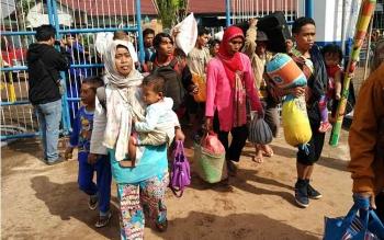Sejumlah penumpang sedang bergiliran memasuki Pelabuhan Sampit untuk mudiknke Pulau Jawa.