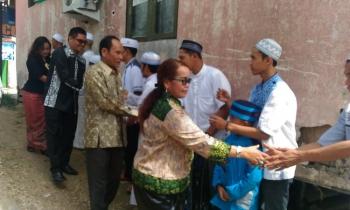 Bupati Gunung Mas Arton S Dohong didampingi Wakil Bupati Rony Karlos bersilaturahim dengan masyarakat yang merayakan Idul Fitri.