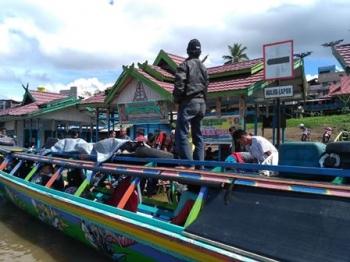 Aktivitas pelabuhan sungai di Kota Puruk Cahu, Kabupaten Murung Raya, Senin (26/6/2017).