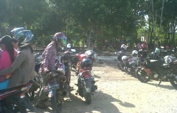 Ratusan kendaraan warga terparkir di depan Taman Hijau Kasongan, Kabupaten Katingan, Senin (26/6/2017).