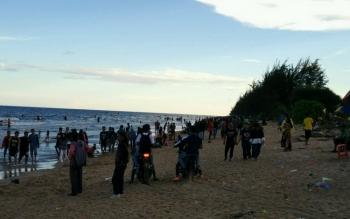 Pantai Ujung Pandaran dipadati warga yang menikmati libur lebaran tahun ini.