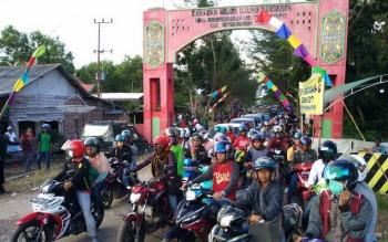 Kemacetan di jalur menuju Pantai Ujung Pandaran.