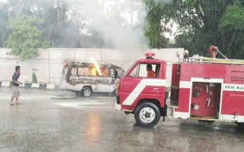 Petugas Pemadam Kebakaran Kabupaten Barito Selatan berusaha memadamkan api yang membakar mobil carry bernomor polisi KH 1000 DF di SPBU Jalan Pahlawan Atas, Buntok, Selasa (27/6/2017).